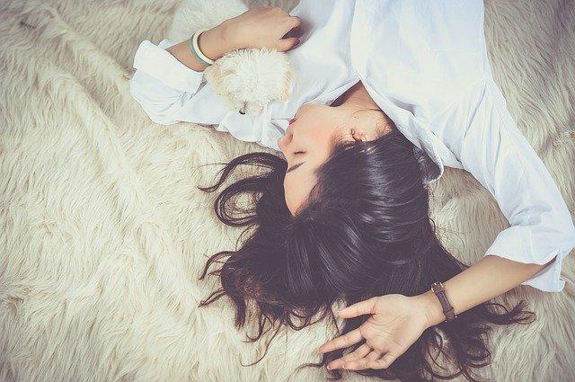Почему полезнее спать без подушки